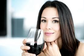 femme avec vin rouge