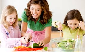 femme cuisine avec enfant