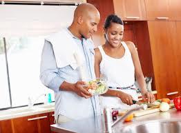 femme et homme cuisine ensemble