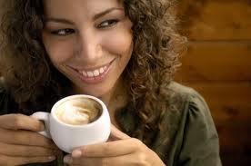 femme qui boit cafe