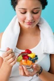 femme qui mange fruits
