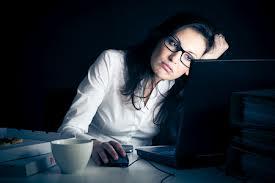 femme travaille tard