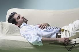homme dort divan