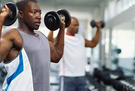 homme entraine gym