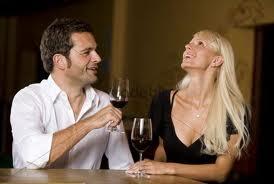 homme et femme boit vin