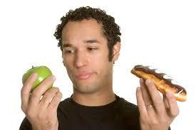 homme mange pomme ou gateau