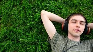 homme qui ecoute musique