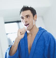 homme qui se brosse les dents