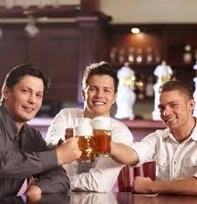 hommes boit bière