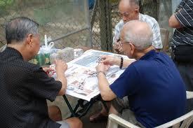 vieu hommes jouent cartes