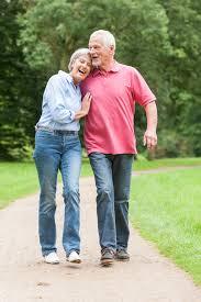 vieux couple marche