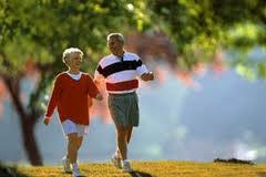 vieux couple qui marche