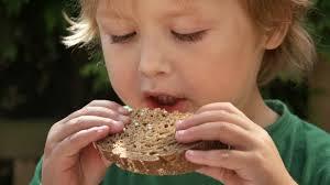 enfant mange pain