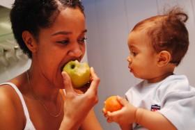 femme mange avec enfant