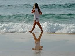 femme marche plage