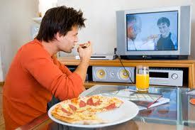homme mange devant tv