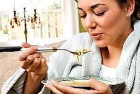 femme mange soupe