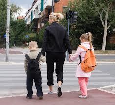 femme marche avec enfants