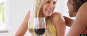 2 femmes boit vin