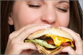 femme affamée burger