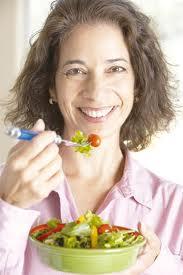 femme 40 ans mange