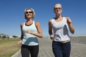 femme 60 ans marche