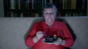 femme mange devant tv