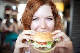 femme mange harmburger
