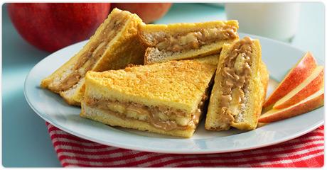 Sandwich aux bananes et beurre d'arachide en pain doré